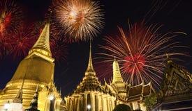 Vuurwerk op Wat Phra Kaeo (Thais koninklijk paleis) Stock Afbeeldingen