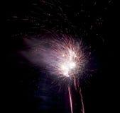 Vuurwerk op zwarte achtergrond Stock Foto's