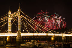 Vuurwerk over Albert Bridge Stock Foto's