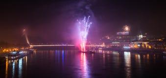 Vuurwerk over de rivier in de stad stock afbeelding