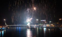 Vuurwerk over de rivier in de stad royalty-vrije stock afbeeldingen