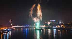 Vuurwerk over de rivier in de stad stock afbeeldingen