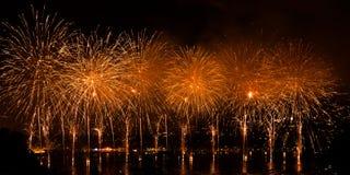 Vuurwerk over de stad van Annecy in Frankrijk voor het Annecy Meer Royalty-vrije Stock Afbeeldingen