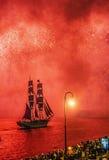 Vuurwerk over de stad van St. Petersburg (Rusland) Royalty-vrije Stock Fotografie