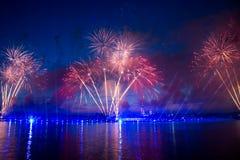 Vuurwerk over de stad van St. Petersburg (Rusland) Stock Foto's