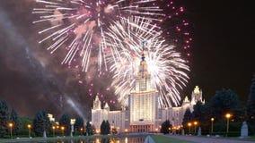 Vuurwerk over de Universiteit van de Staat van Lomonosov Moskou, hoofdgebouw, Rusland stock video