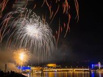 Vuurwerk over een stad bij nacht stock foto's