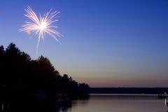Vuurwerk over het meer stock afbeelding