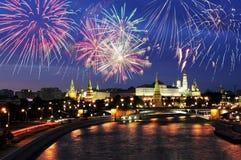Vuurwerk over Moskou het Kremlin stock afbeeldingen