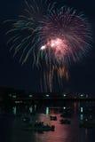 Vuurwerk over rivier Royalty-vrije Stock Afbeeldingen