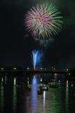 Vuurwerk over rivier Stock Foto