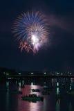 Vuurwerk over rivier Stock Afbeelding