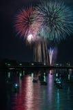 Vuurwerk over rivier Stock Fotografie