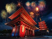 Vuurwerk over Sensoji-tempel bij nacht in Asakusa, Tokyo Stock Foto's