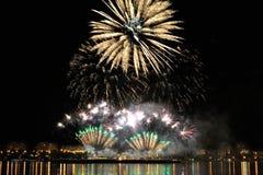 Vuurwerk over stad bij nacht Royalty-vrije Stock Fotografie
