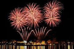 Vuurwerk over stad bij nacht Royalty-vrije Stock Afbeeldingen