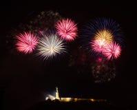 Vuurwerk over Vrijheidsstandbeeld in Boedapest stock fotografie