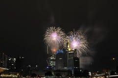 Vuurwerk over wolkenkrabbers bij nacht Stock Fotografie