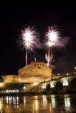 Vuurwerk in Rome over Castel Sant ' Angelo Stock Afbeelding