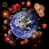 Vuurwerk rond Aarde, vieringstijd Royalty-vrije Stock Fotografie