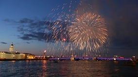 vuurwerk Rostral kolommen, van de Paleisbrug, Peter en van Paul vesting Heilige-Petersburg stock videobeelden