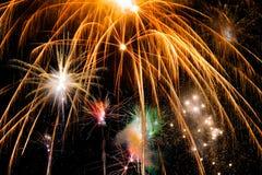 Vuurwerk tegen een zwarte hemel Royalty-vrije Stock Afbeelding