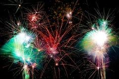 Vuurwerk tegen een zwarte hemel Royalty-vrije Stock Foto