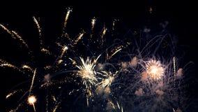 Vuurwerk tegen nachthemel stock footage