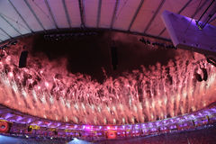 Vuurwerk tijdens Rio 2016 Olympics die Ceremonie openen bij Maracana-Stadion in Rio de Janeiro Royalty-vrije Stock Foto's