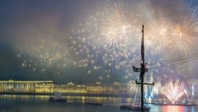 Vuurwerk timelapse over de stad van St. Petersburg Rusland op het feest van Scharlaken Zeilen, mening van dak stock footage
