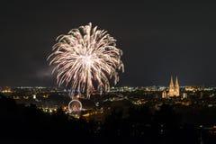 Vuurwerk van Herbstdult met Reuzenrad en kathedraal in Regensburg, Duitsland royalty-vrije stock foto's