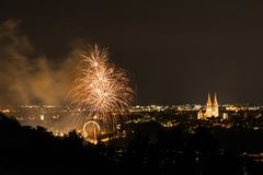 Vuurwerk van Herbstdult met Reuzenrad en kathedraal in Regensburg, Duitsland stock fotografie