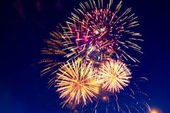 Vuurwerk Vijf - Vijf Vuurwerkontploffing bij vierde van Juli-viering in de Verenigde Staten stock foto