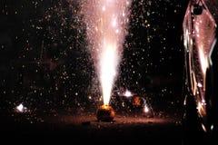 Vuurwerk of voetzoekers tijdens het festival van Diwali of van Kerstmis Stock Foto's