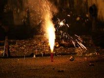 Vuurwerk of voetzoekers tijdens het festival van Diwali of van Kerstmis Stock Fotografie