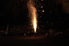 Vuurwerk of voetzoekers tijdens het festival van Diwali of van Kerstmis Stock Foto