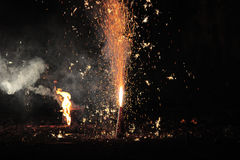 Vuurwerk of voetzoekers tijdens het festival van Diwali of van Kerstmis Stock Afbeelding