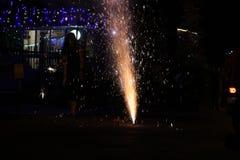 Vuurwerk of voetzoekers tijdens het festival van Diwali of van Kerstmis Royalty-vrije Stock Afbeeldingen