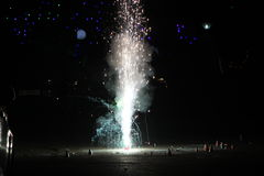 Vuurwerk of voetzoekers tijdens het festival van Diwali of van Kerstmis Royalty-vrije Stock Foto's