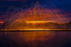 Vuurwerkdouches van hete gloeiende vonken van het spinnen van staalwol Stock Fotografie