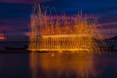 Vuurwerkdouches van hete gloeiende vonken van het spinnen van staalwol Royalty-vrije Stock Foto's