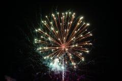 Vuurwerkexplosie bij de achtergrond van de nachthemel Vakantie heldere begroeting Royalty-vrije Stock Afbeeldingen