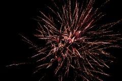 Vuurwerkonderbreking in de zwarte hemel, begroeting stock foto