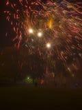 Vuurwerkvertoning die over mensen en families het letten exploderen op stock foto