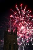 Vuurwerkvertoning met een toren in de voorgrond Royalty-vrije Stock Afbeeldingen