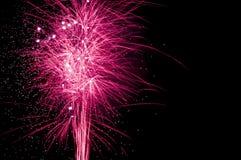 Vuurwerkvertoning - met slepen tegen zwarte hemel Royalty-vrije Stock Fotografie