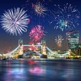 Vuurwerkvertoning over de Torenbrug in Londen het UK royalty-vrije stock foto's