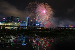 Vuurwerkvertoning tijdens Voorproef 2014 de Nationale van de Dagparade (NDP) Stock Afbeelding