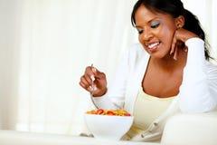Vuxen afro-american kvinna som har frukosten Arkivfoton