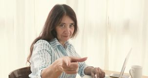 Vuxen allvarlig kvinna som pekar på kameran arkivfilmer